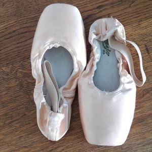 CAPEZIO 115 Pointe Shoes